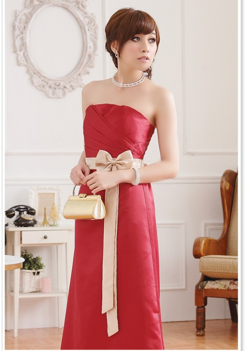Rotes Abendkleid aus Satin mit heller Zierschleife - hier günstig online bestellen