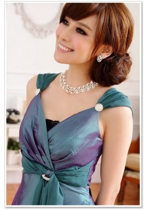 Grünes Cocktailkleid mit Broschen und breiten Trägern - bei VIP Dress online bestellen