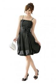 Ballkleid in schwarzem Satin mit Ballonrock und Zierschleife