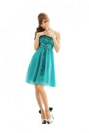 Grünes Abendkleid mit auffälligen Raffungen und Schleifen
