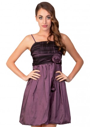 Lila Cocktailkleid mit Ballonschnitt und Dekoblume - <br /> <b>Notice</b>:  Undefined index: altTail in <b>/home/vipdress/public_html/tools/smarty/compile/3a21d04bf1b909ed03be781795539a91ac65494e.file.product.tpl.php</b> on line <b>264</b><br />