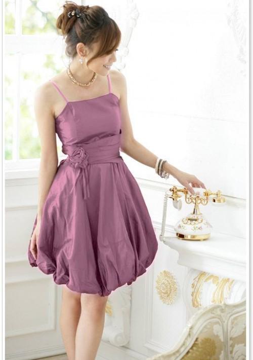 Satin-Abendkleid mit Ballonrock und Blüte in Lila  - günstig bei VIP Dress