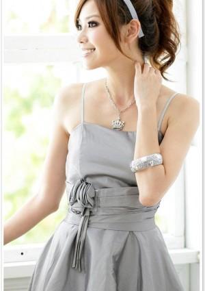 Abendkleid in Grau mit Ballonrock und Blütenapplikation - bei VIP Dress online bestellen