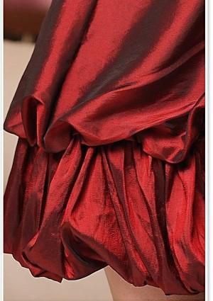 Schimmerndes Cocktailkleid mit Raffung und Schleife in Bordeaux Rot  - bei VIP Dress online bestellen